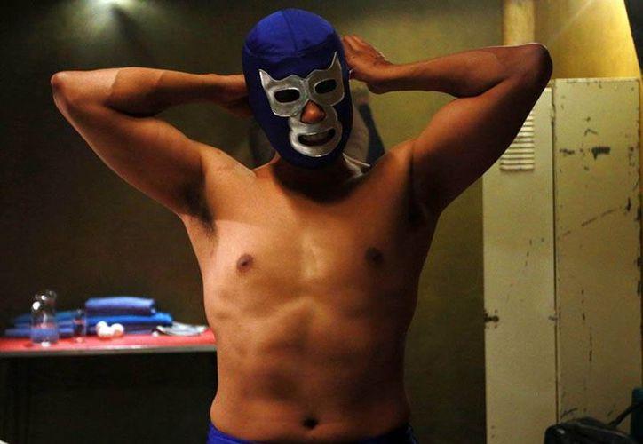 El actor Tenoch Huerta personifica a 'Blue Demon', la última leyenda de la lucha libre en México. La foto pertenece al personaje principal de la serie. (Foto tomada de blim)