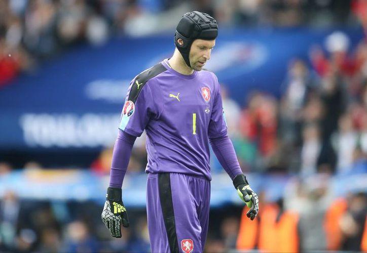 El jugador de 34 años de edad, Petr Cech,  dijo que su decisión de retirarse del fútbol internacional es para centrarse totalmente en su club de Arsenal. (Foto AP / Petr David Josek, archivo)