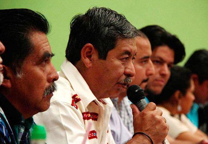 El líder Rubén Núñez (micrófono en mano)  se mantuvo al frente de la Comisión Política y del CEN de la sección 22, luego de que 13 de sus correligionarios fueron acusados y destituidos por 'enriquecimiento ostentoso y desatención de sus cargos'. (Foto de archivo/excelsior.com.mx)