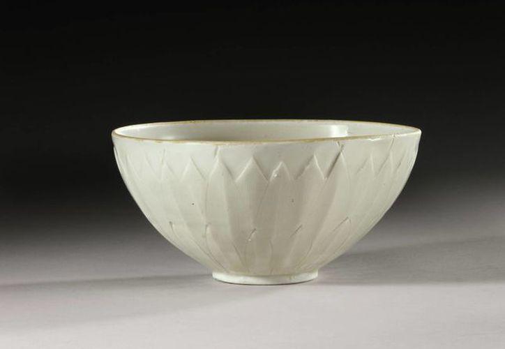 """Tazón chino de tipo """"Ding"""" de 13.4 centímetros de diámetro se destaca por su fina cerámica y su barniz color marfil. (EFE)"""
