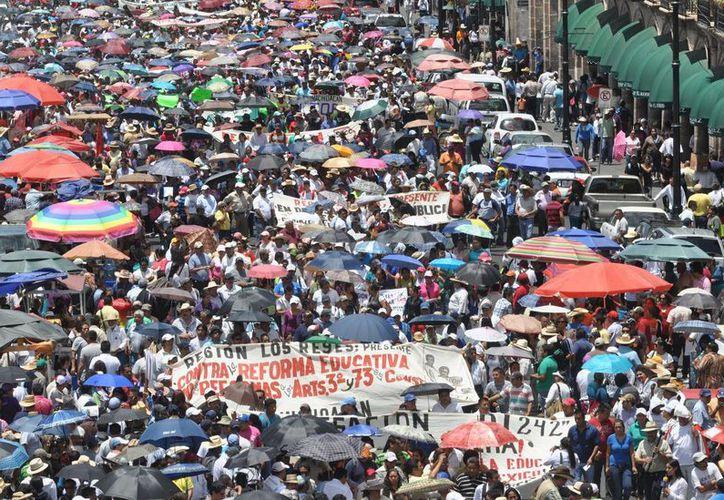 Los maestros realizaron una marcha por las calles de Morelia. (Notimex)