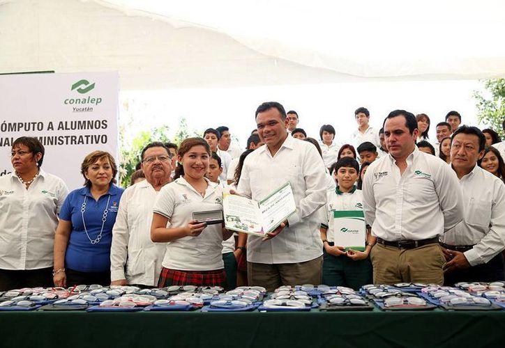 El gobernador entregó lentes a estudiantes y dinero a trabajadores admninistrativos del plantel Mérida II del Conalep. (Cortesía)