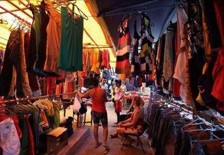 Los pequeños comerciantes planean seguir vendiendo para no perder la inversión hecha en sus tiendas. (Agencias)