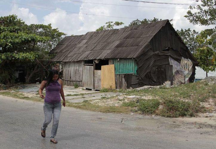 Los habitantes de las coloniales irregulares son estafados al tratar de adquirir el servicio. (Tomás Álavrez/SIPSE)