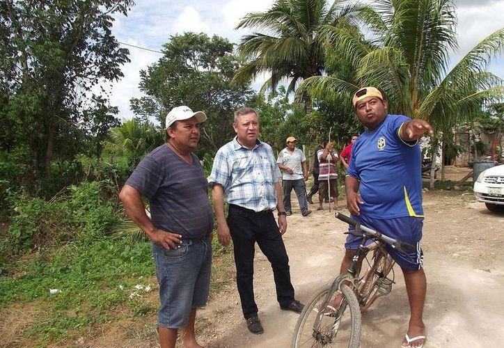 El alcalde atendió las quejas de los ciudadanos. (Raúl Balam/SIPSE)