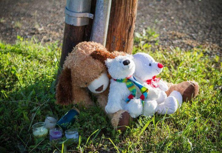 Varias personas dejaron objetos en recuerdo de dos menores afuera de la tienda de mascotas exóticas Reptile Ocean en Campbellton, Nueva Brunswick, Canadá. (Agencias)
