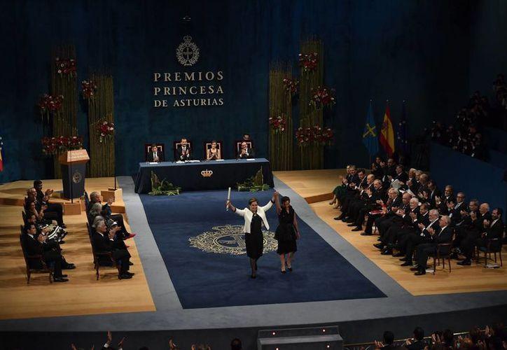 La diplomática mexicana Patricia Espinosa (al frente, con saco blanco), recibió el Premio Princesa de Asturias a la Cooperación para la Convención Marco de la ONU sobre el Cambio Climático y del Acuerdo de París.(AP/Alvaro Barrientos)