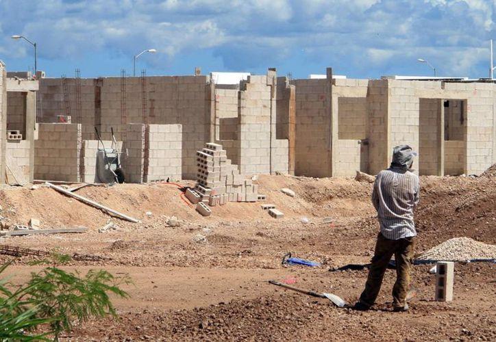 Señalan que este año no habrá cambios en los precios de la casas, sino hasta el 2016. Imagen de la construcción de un nuevo fraccionamiento. (Milenio Novedades)