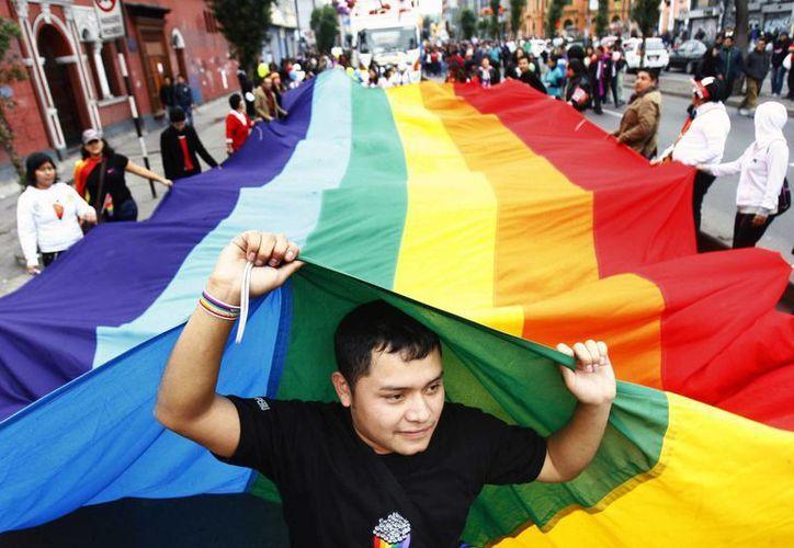 Integrantes de la comunidad LGTB participan durante la Día del Orgullo Gay en Lima, Perú. (Archivo/EFE)