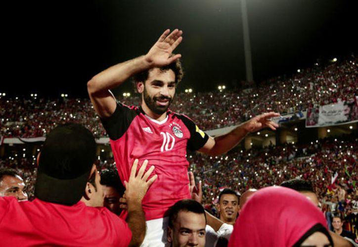 Al minuto 95, el silbante marcó la pena máxima y el hombre del Liverpool, Mohamed Salah, fue el encargado de anotar el penal. (AP)