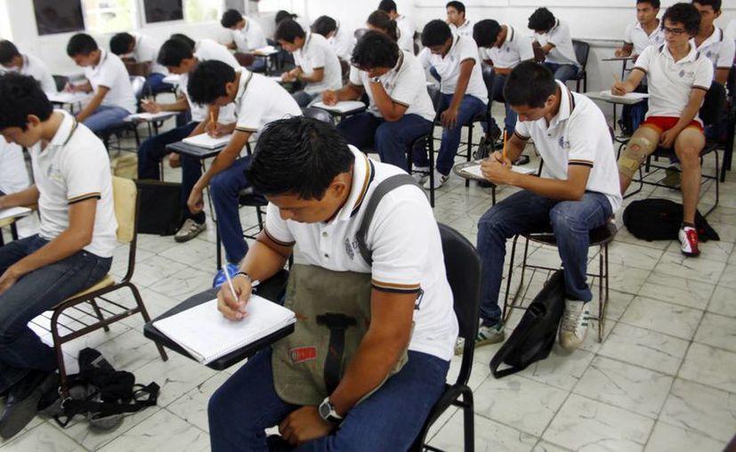 El examen consta de alrededor de 230 reactivos. (Christian Ayala/SIPSE)