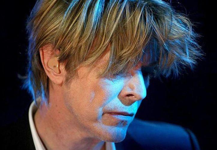 Wendy Farrier, una empleada del museo de cera Madame Tussauds de Londres, guardó por más de 30 años el mechón de Bowie que se usó para hacer su réplica en cera. (Archivo/EFE)