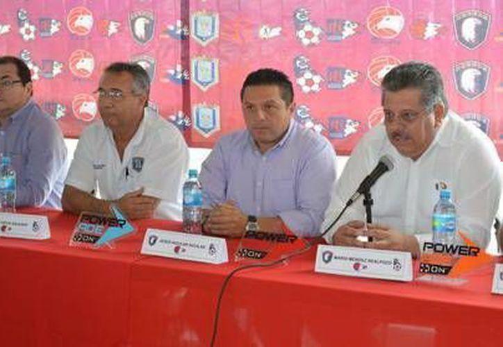 Mario Méndez (al micrófono): también hace falta capacitación a entrenadores y árbitros. (Milenio Novedades)