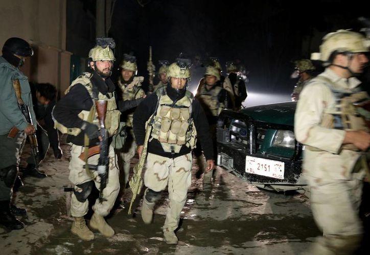 Las autoridades atribuyen el ataque suicida a militantes del Talibán afgano. (Agencias)