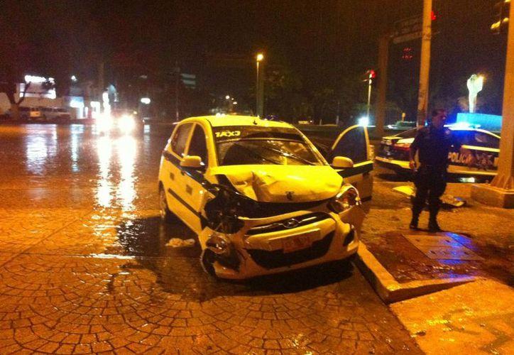 El chofer de la unidad de taxi resultó con lesiones. (Rafael Pérez/SIPSE)