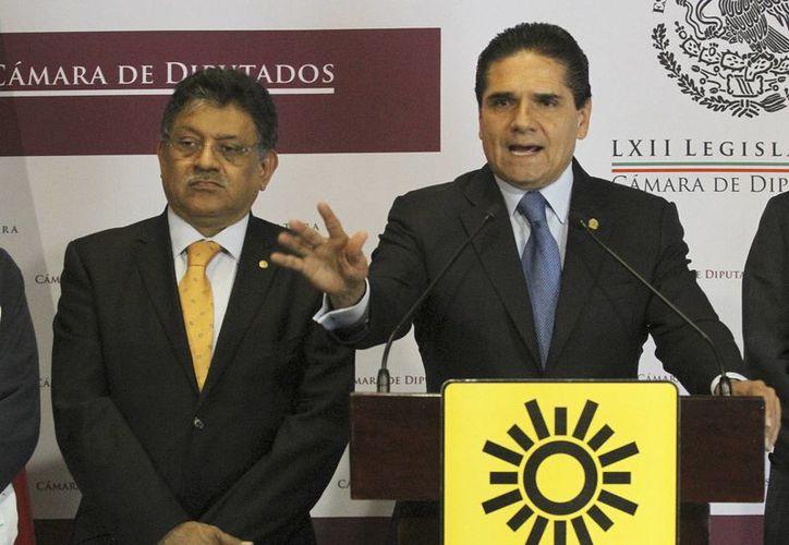 Silvano Aureoles (derecha), líder del PRD en la Cámara de Diputados, reconoció la aportación de la Marina en la lucha contra el crimen. (Notimex)