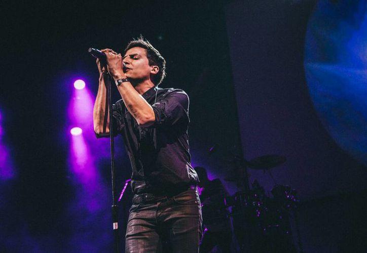 Kinky compartió escenario con Los Amigos Invisibles, en el primer día de actividades del Festival 'Aero Music Show' en la Ciudad de México. (Notimex)