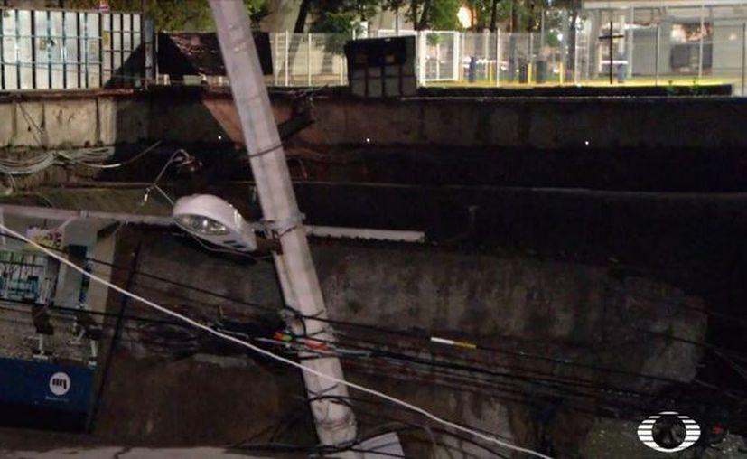 El daño en la vialidad fue ocasionado por las obras de construcción que se realizan en el lugar de una unidad habitacional. (Televisa)