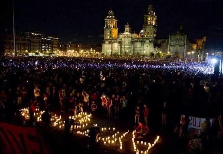 Miles de personas exigen frente a Palacio Nacional la aparición con vida de los 43 normalistas de Ayotzinapa. (Twitter.com/@starmarquez23)