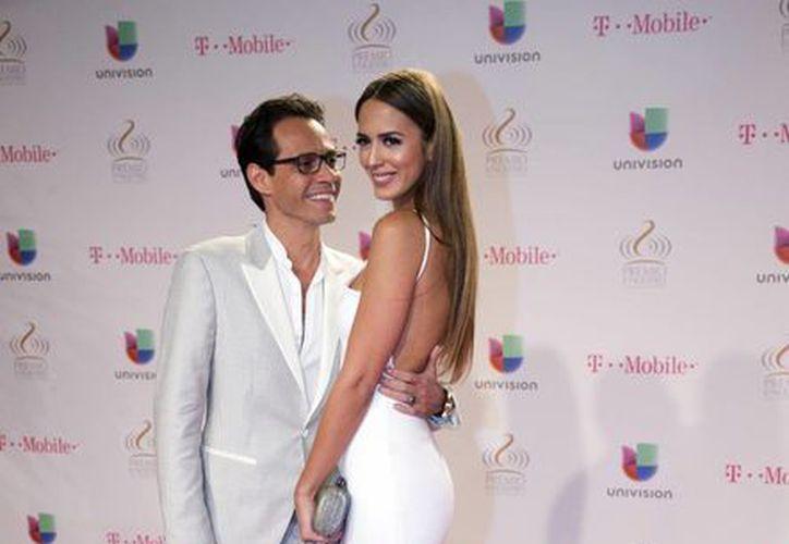 Marc Anthony, quien en la foto aparece con su esposa y modelo Shannon de Lima, se consagró como artista tropical en la entrega Premio Lo Nuestro. (Foto: AP)