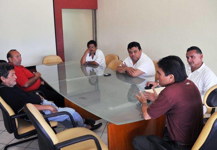 Los representantes de la empresa Uniper y del sindicato de taxistas se reunieron con autoridades. (Cortesía/SIPSE)