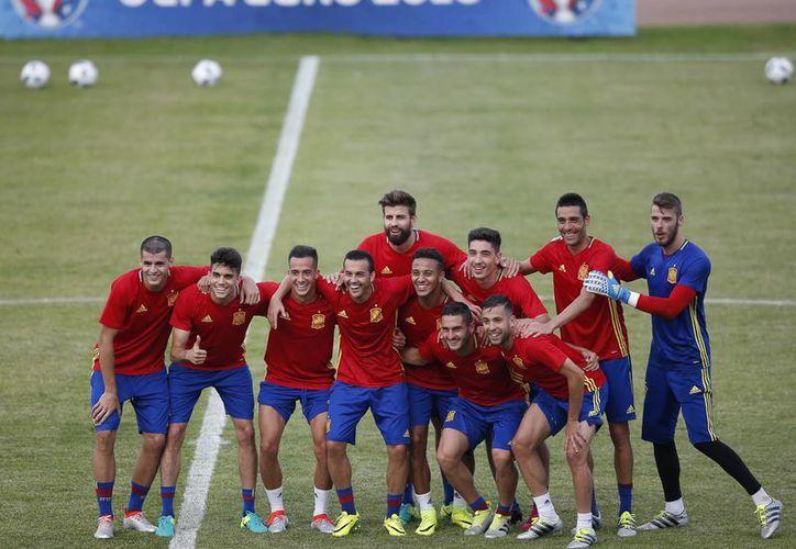 Ninguna selección europea había logrado hilar dos Copas de Europa. España lo logró en 2008 y 2012. ¿Podrá alargar su reinado en 2016? (Fotos: AP)