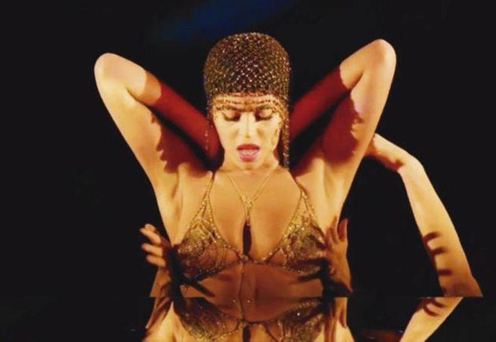 Enfundada en corsés ceñidísimos y elementos de lencería, la diva echa mano de poses provocadoras e imposibles para dar vida a esta canción. (Captura de pantalla)