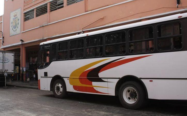 Proponen de nuevo el retiro de los camiones del transporte urbano del Centro Histórico. (Theani Ruz/SIPSE)