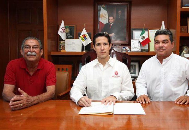 El alcalde y los representantes del gobierno del estado y del Ejido Villa Cozumel. (Cortesía/SIPSE)