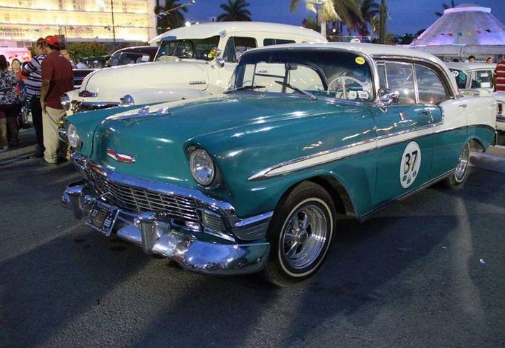 Uno de los autos de colección que participan en el primer Rally Maya. La imagen corresponde al parque Moch cohuó de Campeche. (Notimex)