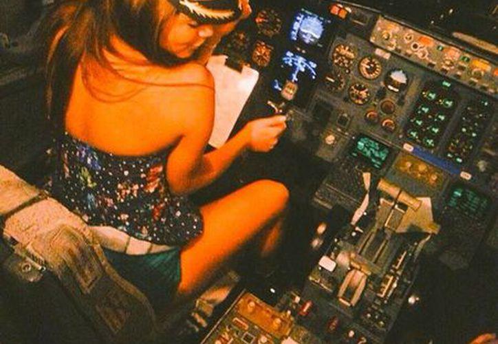 La actriz Esmeralda Ugalde subió su foto al mando en un vuelo de Magnicharters; el piloto responsable fue cesado de su cargo. (Milenio Novedades)