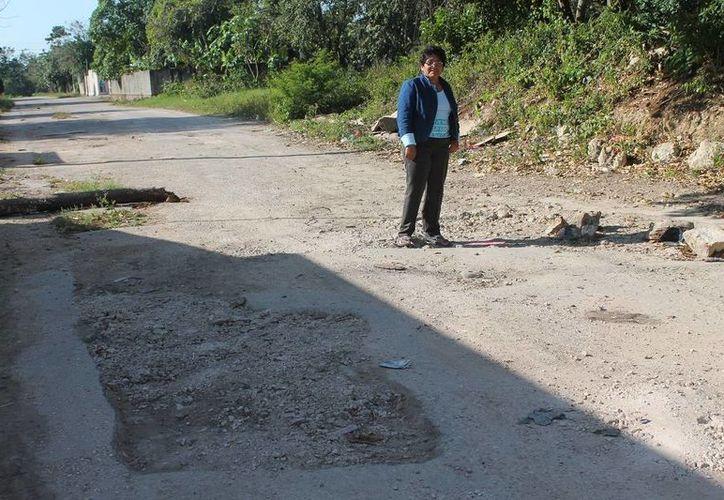 Vecinos se quejan por baches en la colonia Unidad Deportiva. (Raúl Balam/SIPSE)