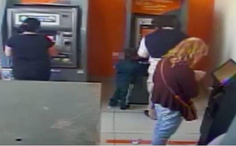 Niño roba dinero de cajero en cuestión de segundos