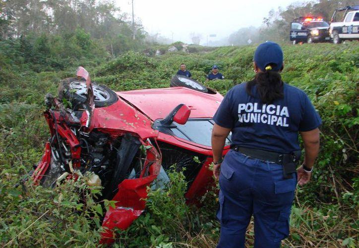 La conductora perdió el control de su vehículo y sufrió un terrible accidente. (Manuel Salazar/SIPSE)
