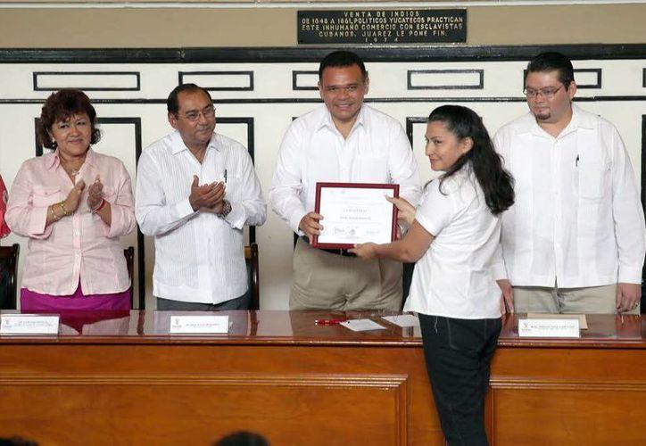 El gobernador Rolando Zapata Bello encabezó la entrega de documentos. (Milenio Novedades)
