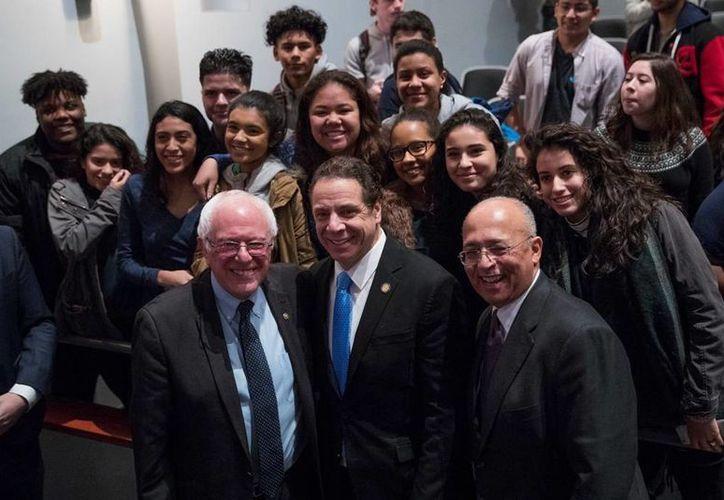 El gobernador de NY, Andrew Cuomo (centro) anunció una propuesta que permite que cientos de miles de estudiantes de bajos y medianos recursos no paguen matriculas en universidades estatales. (AP/Mary Altaffer)