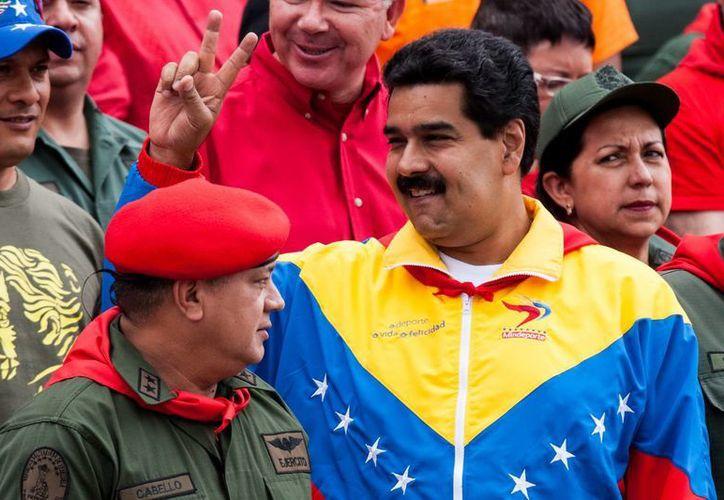 El vicepresidente de Venezuela, Nicolas Maduro (der), y el presidente del Congreso Nacional venezolano, Diosdado Cabello durante una marcha en Caracas. (EFE)