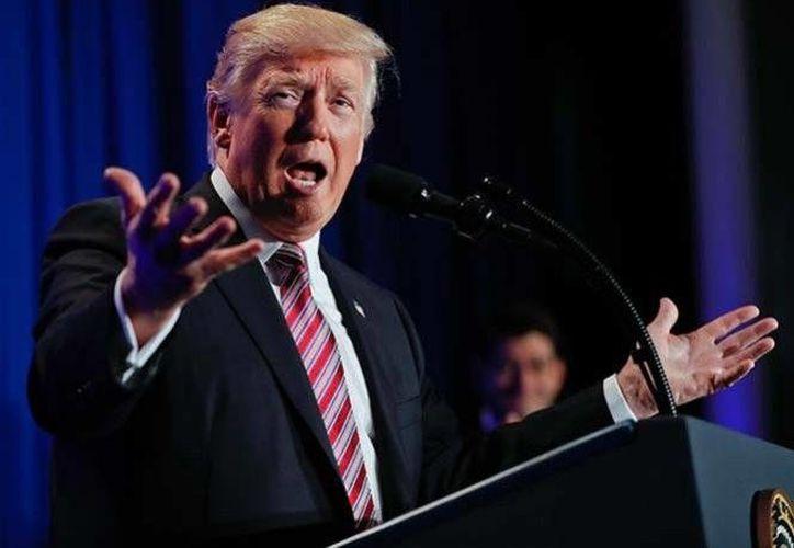 El fallo de la jueza federal de EU, Ann Donnelly, no incide sobre la decisión del gobierno de Trump de suspender la entrada de inmigrantes, pero evita la deportación inmediata. (AP)