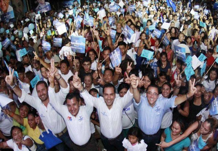 Mauricio Vila, candidato del PAN a la alcaldía de Mérida, participó en el cierre de campaña del aspirante a la diputación federal por el IV Distrito federal, Víctor Hugo Lozano Poveda. (SIPSE)