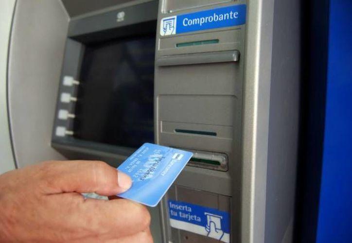 Los expertos recomiendan las transferencias bancarias en lugar de depositar o retirar dinero en efectivo. (Archivo/SIPSE)