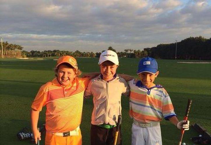 El pequeño golfista Manuel Barbachano (i) ha tenido un buen arranque en el Doral Publix Jr. en Miami, Florida. (Milenio Novedades)
