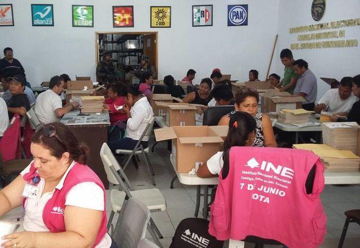 Este semana semana personal del INE armarán los paquetes con boletas para cada casilla electoral. (Daniel Pacheco/SIPSE)
