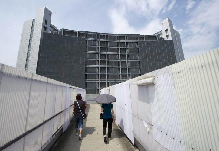 Dos mujeres se dirigen al Centro de Detención de Tokio al este de la ciudad en Japón. (Archivo EFE)