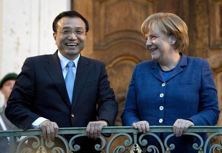La canciller alemana Angela Merkel con el primer ministro de China, Li Keqiang, en la cancillería de Berlín. (Agencias)