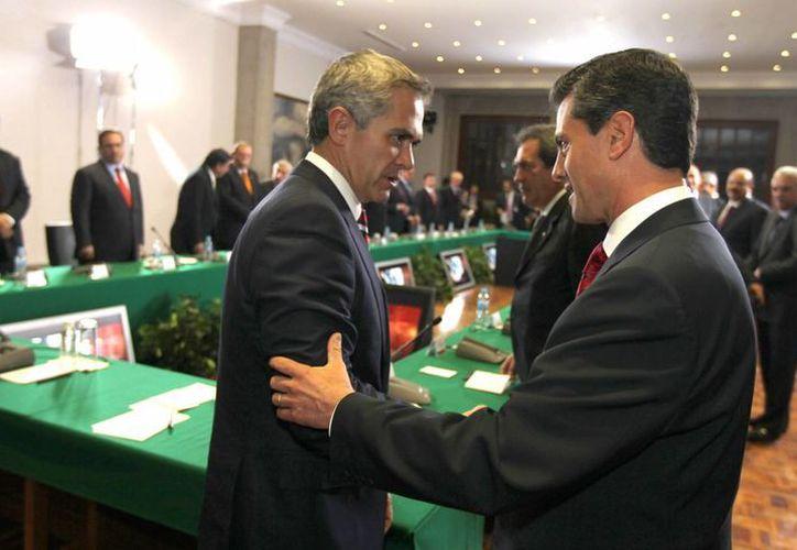 A diferencia del jefe de gobierno del DF, el Presidente gozará de inmunidad constitucional. En la imagen, Miguel Ángel Mancera y Enrique Peña Nieto. (Notimex)