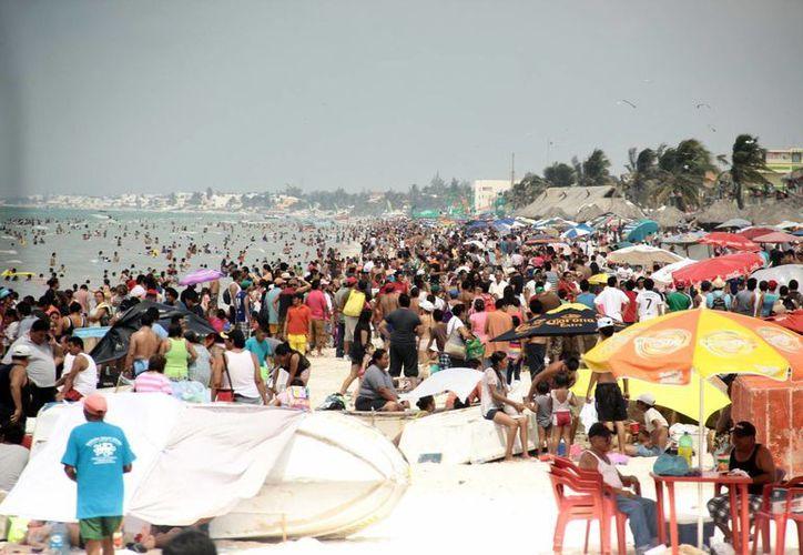 Las playas de Progreso lucieron repletas de veraneantes, quienes aprovecharon el buen tiempo que imperó. (Jorge Acosta/SIPSE)