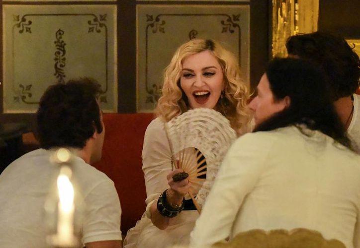 Fotografía de Madonna mientras habla con sus amigos en el restaurante La Guarida, donde celebró su 58 cumpleaños en La Habana, Cuba. (Foto AP / Fernando Valdés)