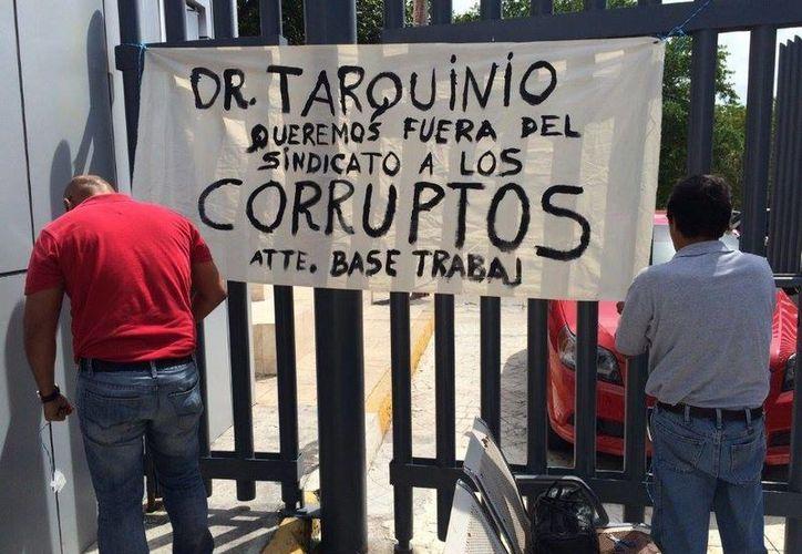 Los trabajadores del sindicato del Issste pusieron una manta en las instalaciones del sindicato. (Victoria González/SIPSE)