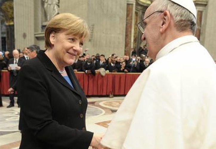 La canciller alemana Angela Merkel en su breve encuentro con el Sumo Pontífice. (Agencias)