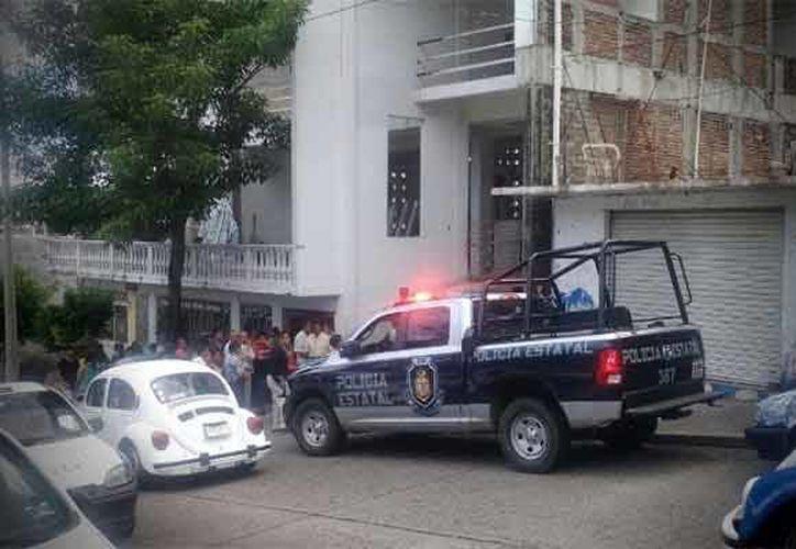 Tras el reporte, elementos policiacos de los distintos niveles de gobierno llegaron hasta la iglesia donde fue asesinado el joven. (zocalo.com.mx)